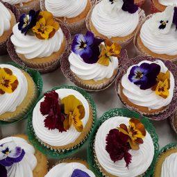 Cupcake met eetbare bloemen